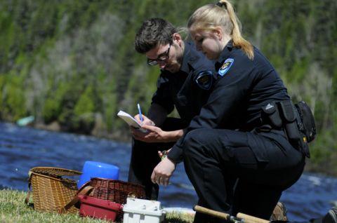 Vérification du matériel d'un pêcheur